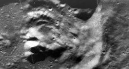 Luna Immagine di un antico Dio in un cratere