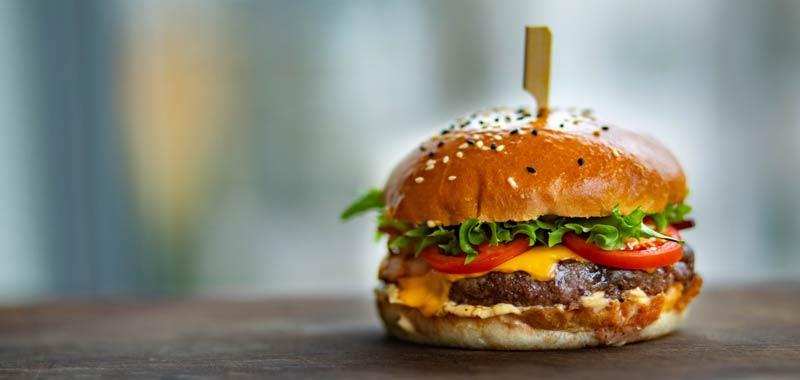 Se vuoi batterlo devi mangiarlo nasce il Corona Burger