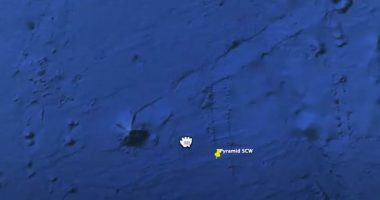 Enorme piramide che si muove sul fondo de oceano
