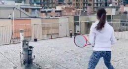 Giocano a tennis sui tetti dei condomini durante la quarantena