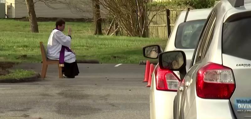 Quarantena Alcuni preti che confessano in stile Drive In