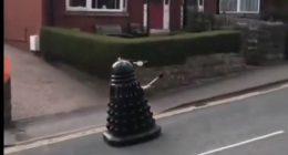 Quarantena tutti a casa un robot pattuglie la strade