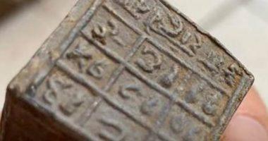 60 cubi con iscrizioni misteriosi trovati da un pescatore