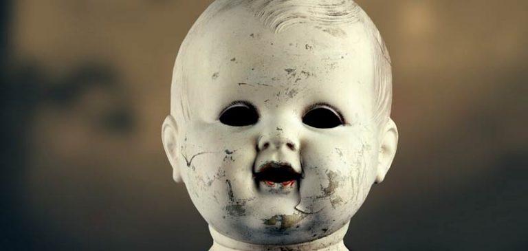 A casa da solo, terrorizzato le bambole si muovono