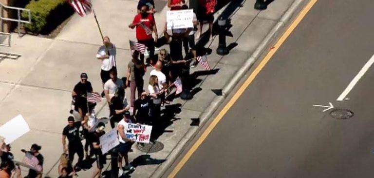 Protesta fuori alle palestre per farle riaprire