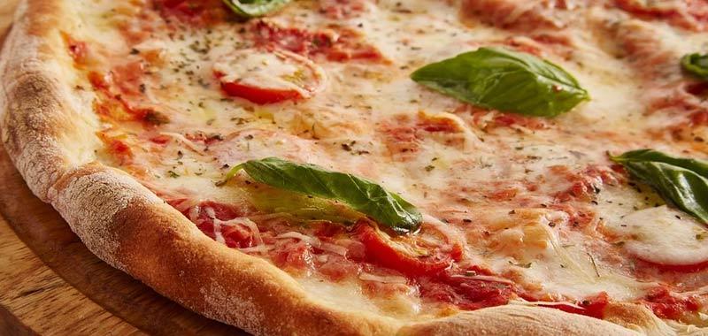 Tenta di riscaldare una fetta di pizza su un volo di linea