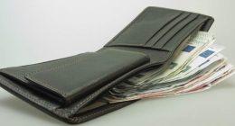 Perde il portafoglio con 5mila euro le viene restituito