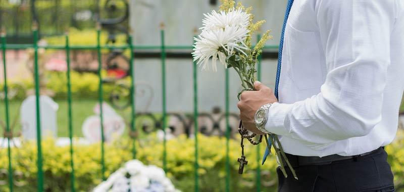 Al funerale della madre scopre una cosa incredibile nella bara
