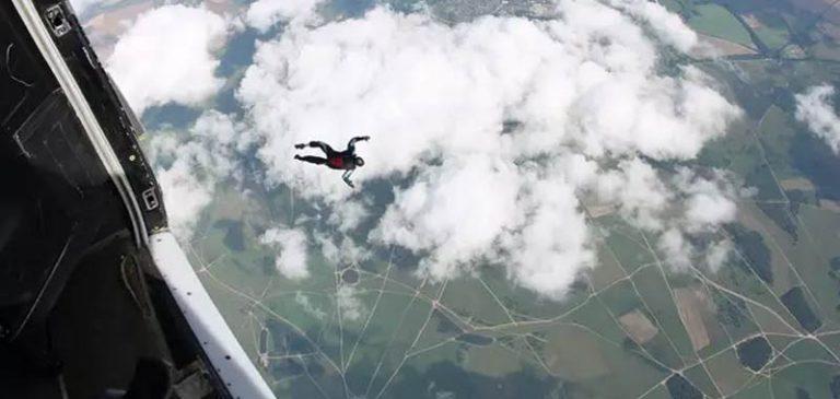 Ex paracadutista tenta lancio senza paracadute in acqua