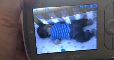 Figura inquietante appare nel monitor del neonato e lo sveglia