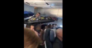 I passeggeri del volo russo aprono gli ombrelli piove ne aereo