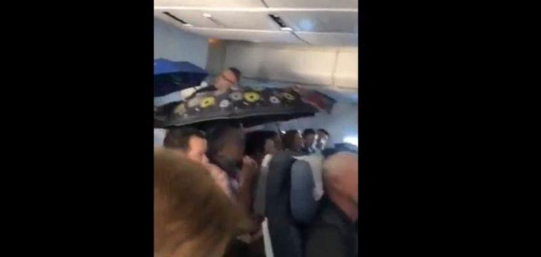 I passeggeri del volo russo aprono gli ombrelli, piove nell'aereo
