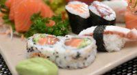 Mangia sashimi le viene estratto un verme dalla bocca