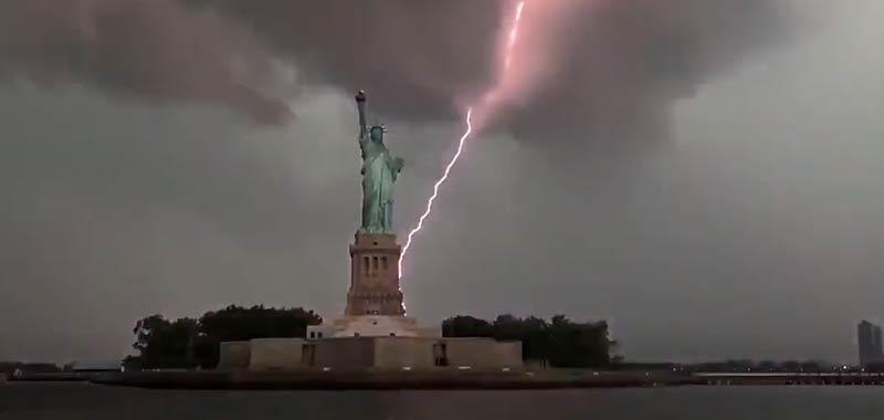 Spettacolare video fulmine colpisce la statua della liberta