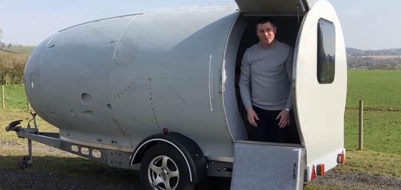 Trasforma il motore di un aereo in una roulotte e diventa virale