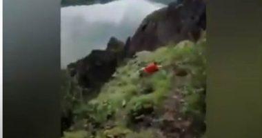 Video assurdo per un selfie scivola dalla scogliera e muore