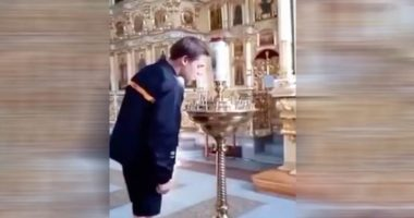 Accende una sigaretta sulle candele liturgiche della chiesa