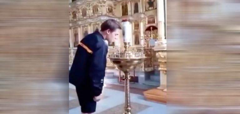 Accende una sigaretta sulle candele liturgiche della chiesa, subirà un processo
