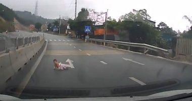 Bimbo piccolino esce di casa e gattona fino autostrada