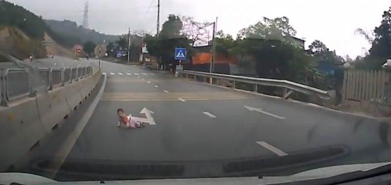 Bimbo piccolino esce di casa e gattona fino all'autostrada