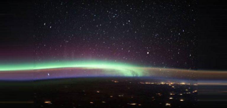 Due fenomeni si incrociano nell'atmosfera, incredibile foto Nasa