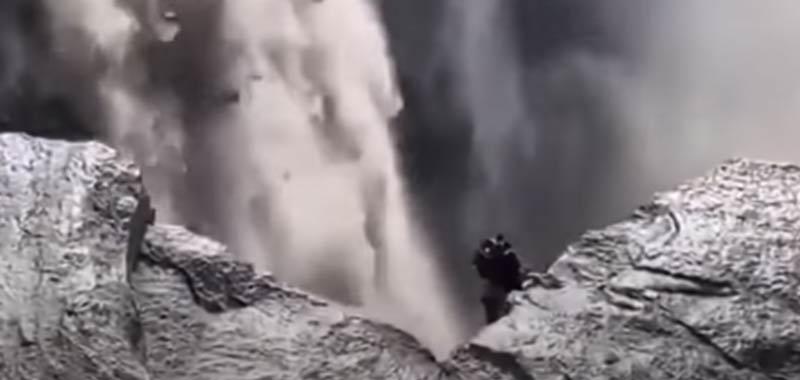 Strana creatura filmata su una cascata in Islanda