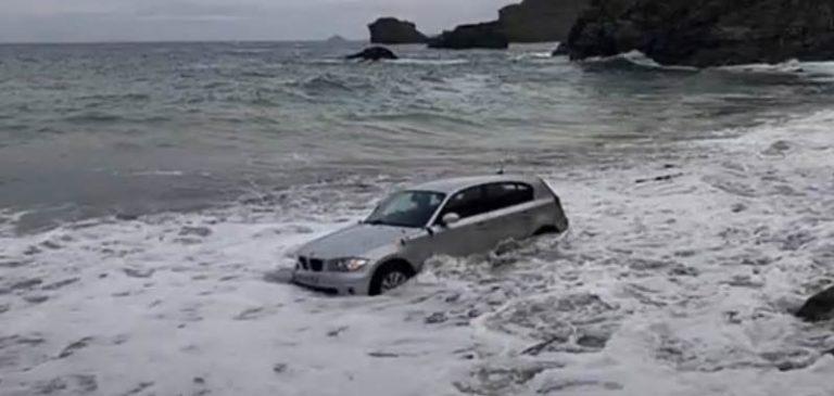 Incredibili immagini, auto sorpresa dall'alta marea