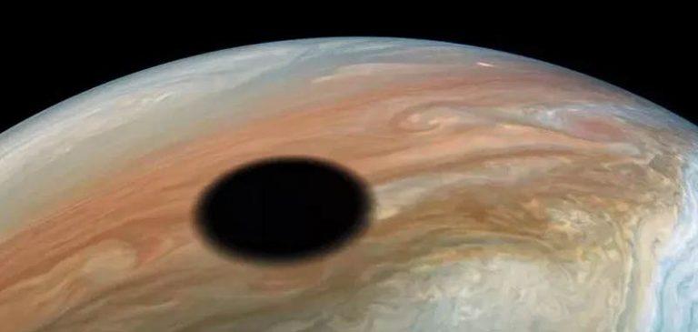 Nasa: Filmata incredibile eclissi su Giove