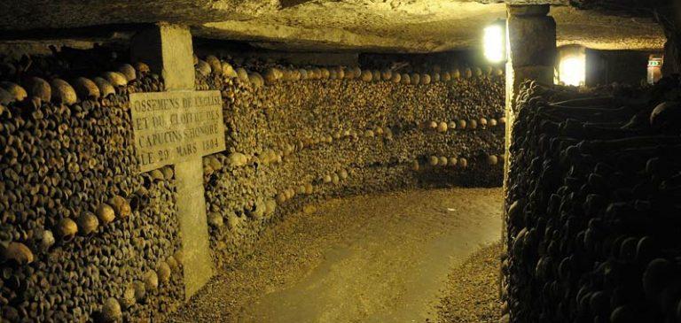 Parigi, utente google maps nota strana immagine nelle catacombe