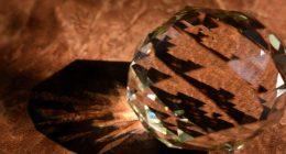 Raccoglie pezzo di vetro poi incredibile sorpresa