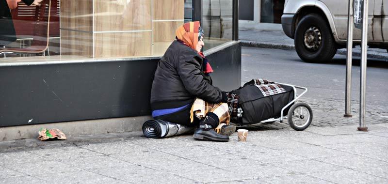 Senzatetto dorme fuori ad un negozio, decidono di assumerla