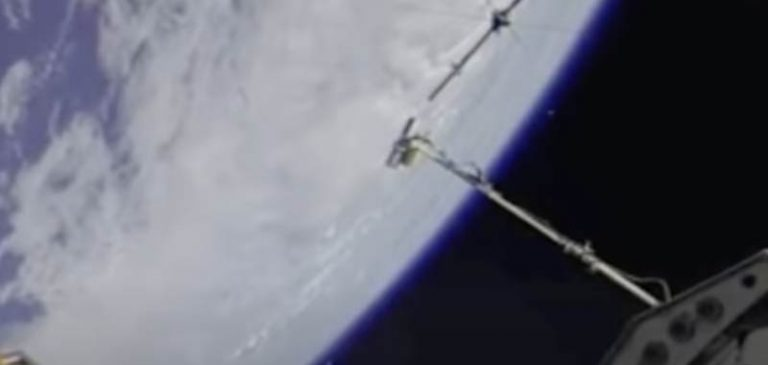 Strano velivolo avvistato accanto alla stazione spaziale ISS