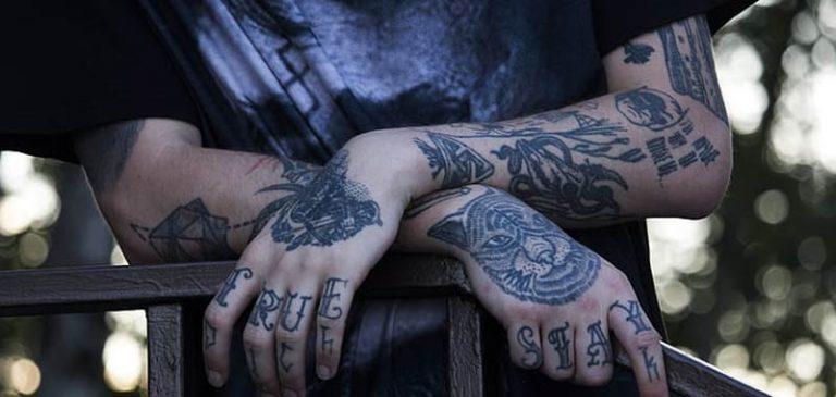 Troppi tatuaggi, gli viene impedito di insegnare all'asilo