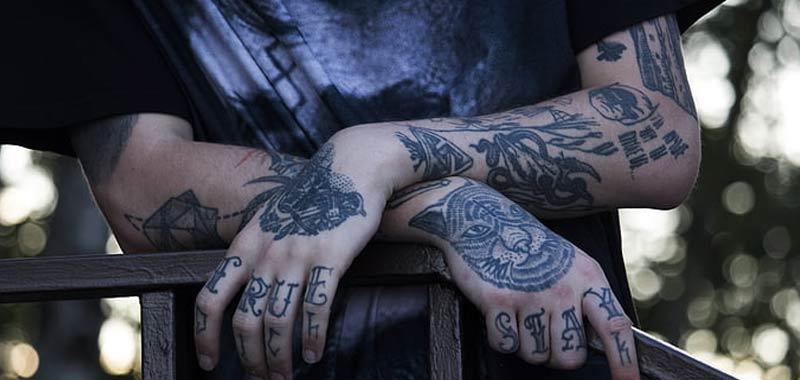 Troppi tatuaggi gli viene impedito di insegnare asilo