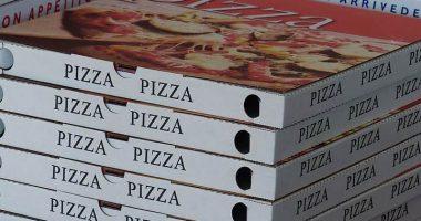 Bambino abbandonato nel cartone della pizza