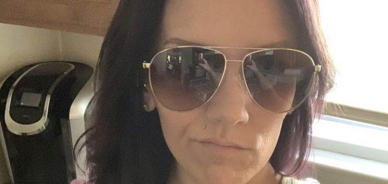 Condivide un selfie sola in casa, ma c'è qualcosa di inquietante