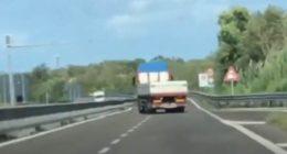 Follia in autostrada camion procede a zig zag