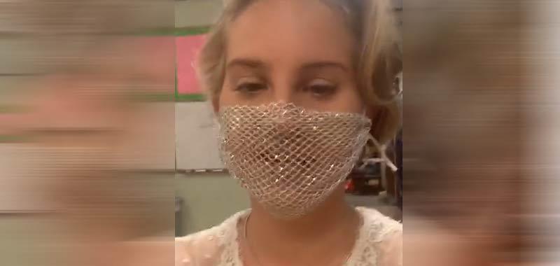 Lana Del Rey, mascherina a rete per incontrare i fan