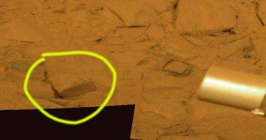 Oggetto simile ad una Bibbia sulla superficie di Marte