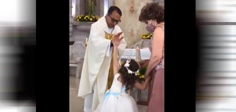 Sacerdote benedice e la bambina batte il 5, diventa virale