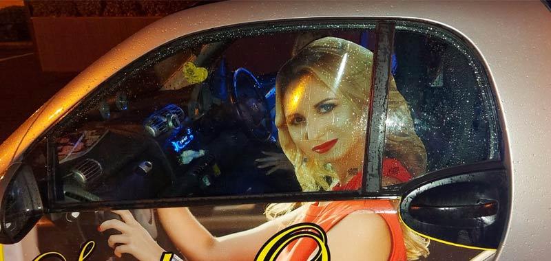 Stampa una donna su auto la polizia lo ferma