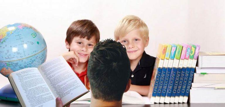 Compiti a casa sono inutili, insegnante bacchettata sui social