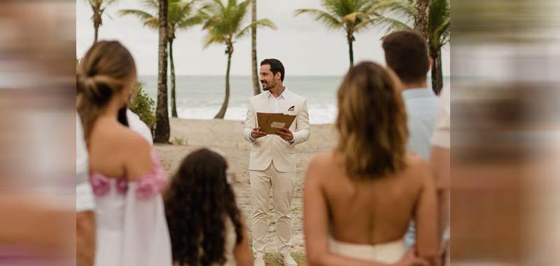 La futura moglie lo lascia lui si sposa lo stesso