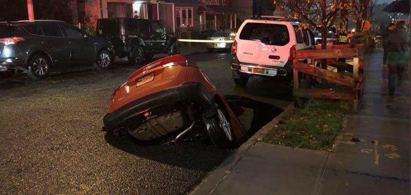 New York voragine inghiotte una SUV