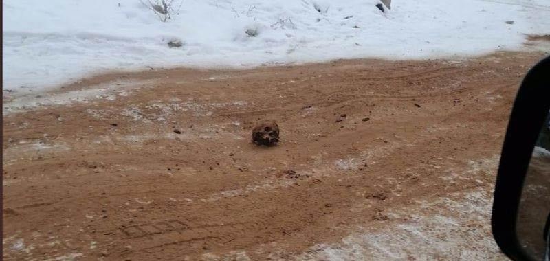 Russia ossa umane per evitare di slittare sulla strada