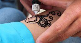 Si fa tatuare il nome de ex prima del matrimonio