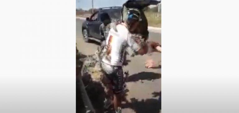 Vola dalla bici finisce in un campo di cactus, il video diventa virale