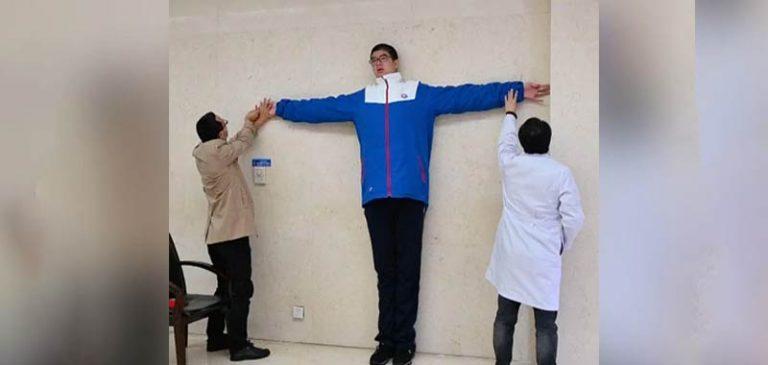 L'adolescente più alto al mondo, conquista il web