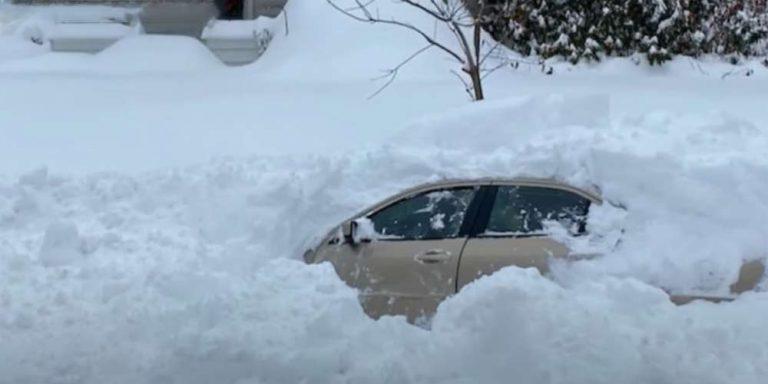 10 ore sepolto sotto la neve con la sua auto, riesce a salvarsi