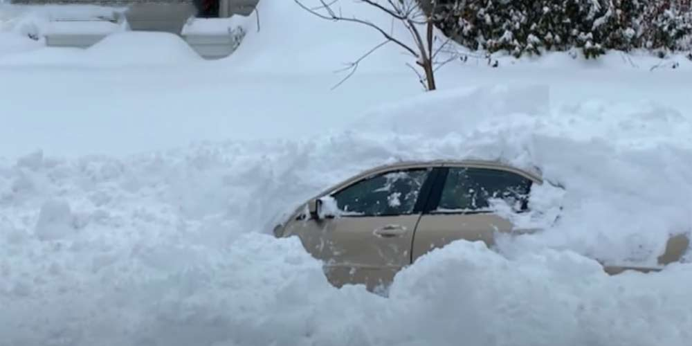 10 ore sepolto sotto la neve con la sua auto riesce a salvarsi
